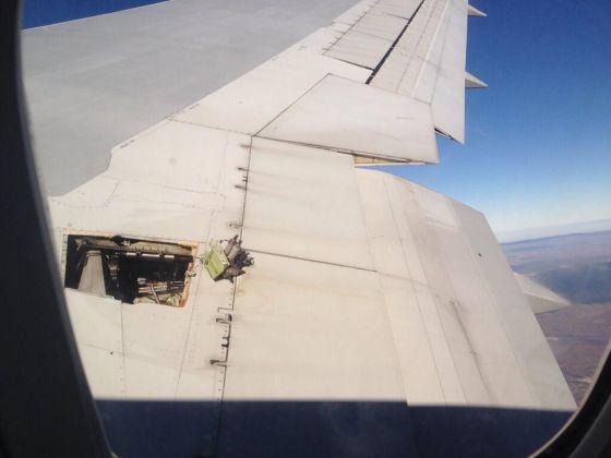 Foto de una pasajera. Se observa que falta una pieza del ala.