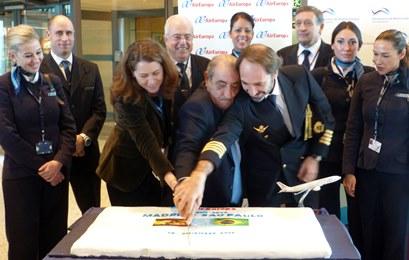 Elena Mayora, Juan José HIdalgo y elcomandande del A330 cortan la tarde, esta tarde en Barajas