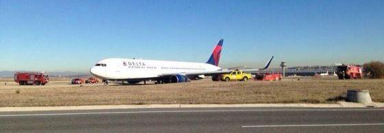 El avión, tras salirse de la pista
