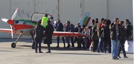 Muchos niños y niñas se pusieron a los mandos de las aviones que se exhibieron