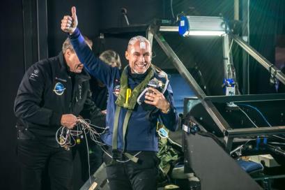 Bertrand Piccard, tras superar las 72 horas de vuelo simulado. A su lado, A. Borschberg
