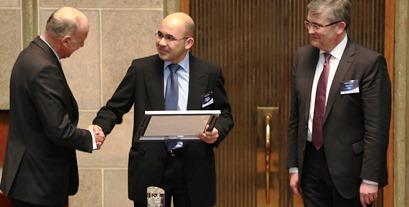 Miguel Ángel Plaza, en el momento de recbir el premio