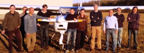 Foto de grupo de los nuevos pilotos, los instructores y el examinador.