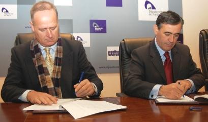 Santiago Martí y Antonio Pardo, en el momento de firmar el contrato