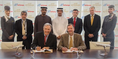 Sentados, Alvaro Middelman, asesor de Juan José Hidalgo, Kevin knight, jefe de estrategia y planificación de Etihad Airways, hoy durante la firma del acuerdo, en Abu Dhabi.