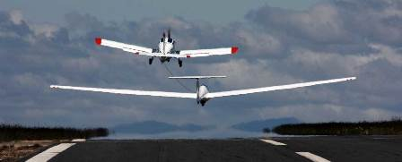 Un avión arrastra un planeador