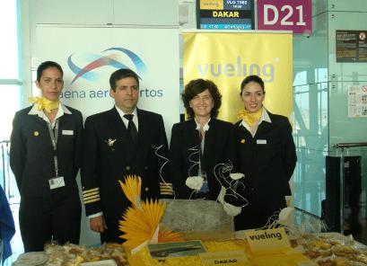 La tripulación del vuelo inaugural con Gloria Rodríguez,  representante de Aena Aeropuertos