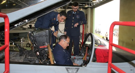 El general Jorge Rojas, en el cockpit de un Eurofighter