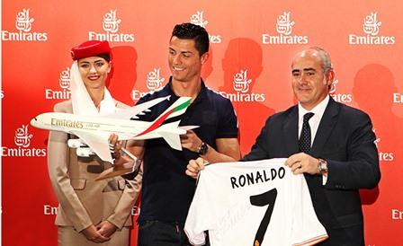 Ronaldo, en el momento de oficiar el acuerdo con Emirates
