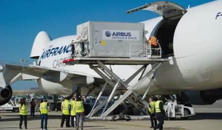 El satélite, en el momento de ser introducido en un avión de carga de Air France