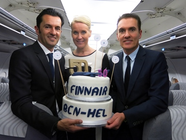 Javier Roig, director de Finnair para Europa del Sur; Katja Parviainen, sobrecargo de Finnair; y Joan Creixell, responsable de Finnair en España para las zonas de Cataluña y Levante
