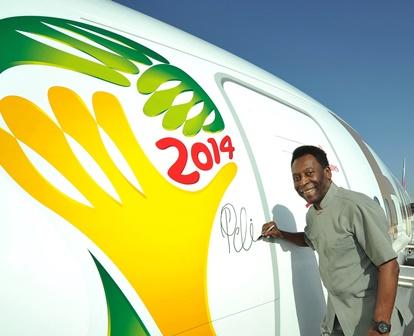 La firma de Pelé en el fuselaje del avión