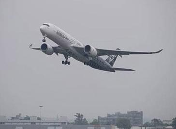 El A350, hoy al despegar del aeropuerto de Toulouse