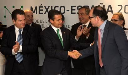 El presidnete de México, Luis Peña Nieto, saluda a Luis Gallego