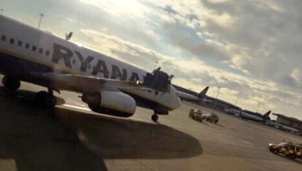 Imagen del avión con daños en la punta del ala