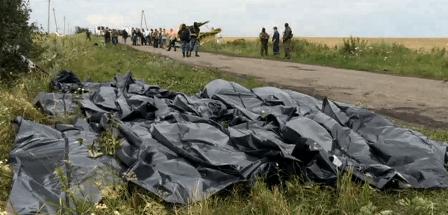 Bolsas con cádaveres de los pasajeros, en la cuneta de una carretera