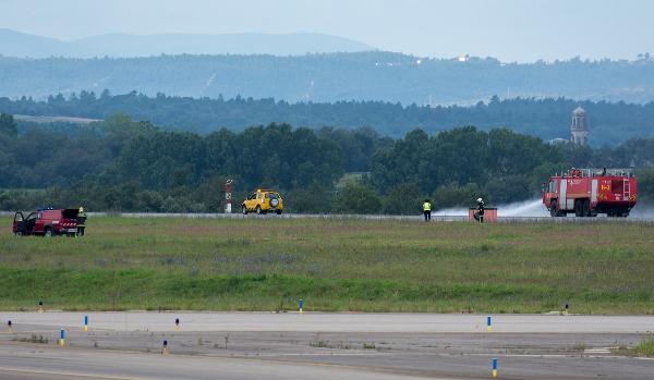 Ayer sábado a primera hora del día los bomberos del aeropuerto limpiaron la pista / Foto: Albert Frigolé