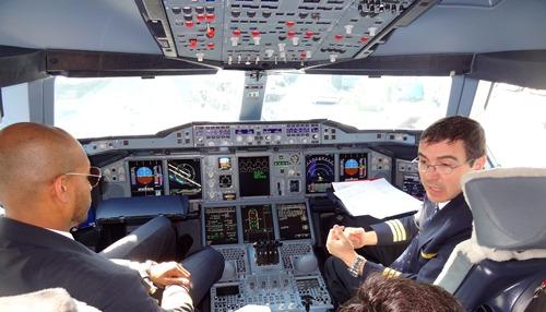 Tripulación de un A380 de Emirates, en el aeropuerto de Barcelona / Foto: JFG