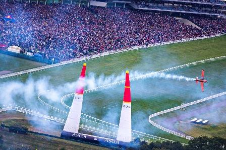 Imagen de la carrera, con las gradas de Ascot llenas de público