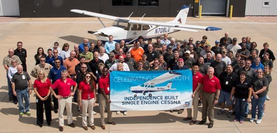 Trabajadores de Cessna, junto al avión 10.000 fabricado en Independence / Foto: Cessna