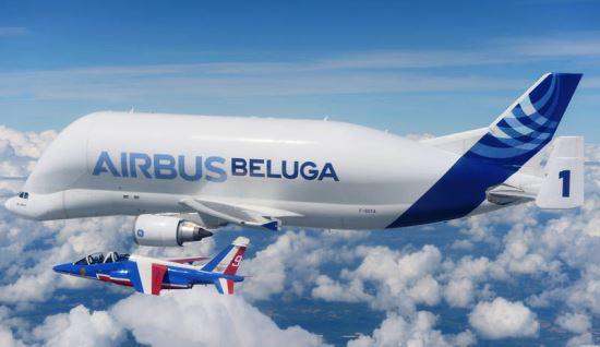 El Beluga número 1, acompañado por uno de los Alpha Jet de la Patrulla de Francia / Foto: Airbus