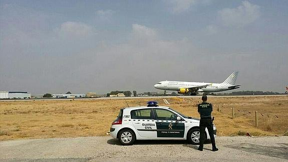 Un guardia civil, en el Aeropuerto de Sevilla / Foto: Guardia civil
