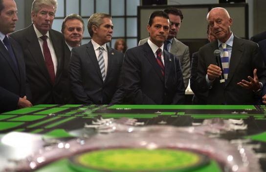 Enrique Peña Nieto y Norman Foster, delante de la maqueta del futuro aeropuerto