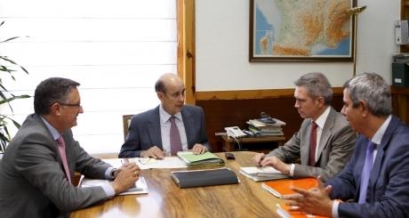 El consejero Fernández de Alarcón junto con el alcalde de Teruel y el director del aeropuerto, en la reunión del Consorcio