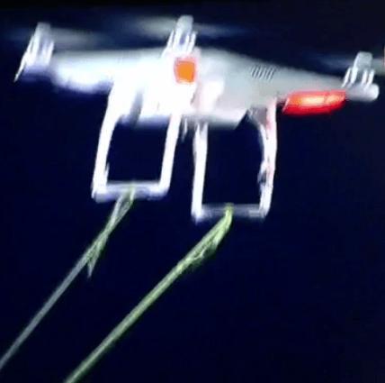 Imagen del drone, del que cuelgan las cuerdas que sujetaban la pancarta