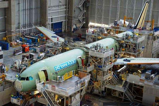 Ensamblaje de uno de los dos primeros A330 de 242 toneladas / Airbus