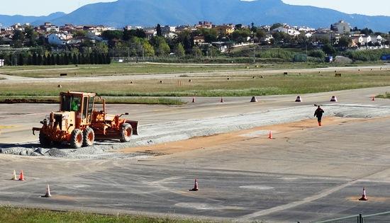 Se procede a asfaltar una isleta de tierra junto a la pista de rodadura / JFG