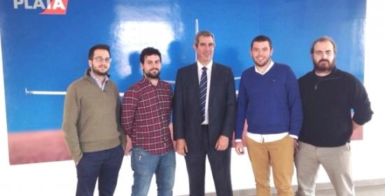 El director del Aeropuerto de Teruel, Alejando Ibrahim, con miembros de PLD Space