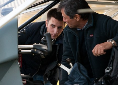 Jorge Fernández Coppel, a la derecha, muestra a Fidel Azofra el cockpit adaptqdo para discapacitados