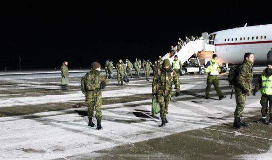 Personas de apoyo desciende de un avión de la Fuerza Aérea española / Ministerio de Defensa