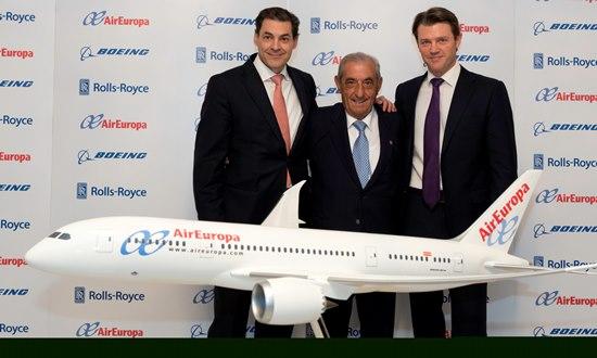 Antonio Hidalgo, flanqueado por directivos de Boeing y Rolls-Royce