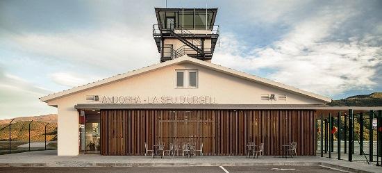 Edificio terminal y torre de contgrol del aeropuerto
