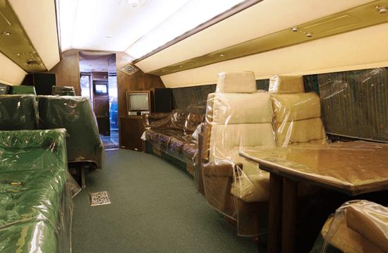 Interior del avión, que cuentga con varios compartimentos, uno de ellos con cama de matrimonio.
