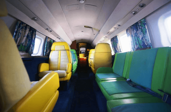 El interior del jet tiene un aire psicodélico