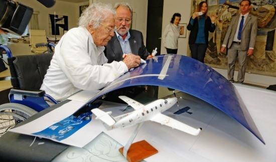 Hans Erni, en el momento de poner sufirma en el fuselaje del avión / Foto: Pilatus