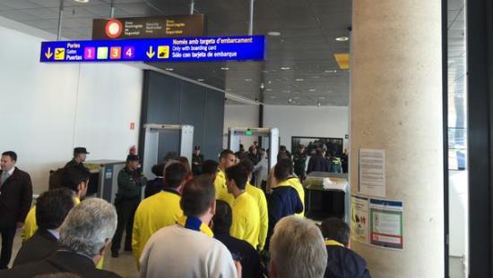 Los jugadores, en el momento de pasar por el arco de seguridad / Foto: Villarreal CF