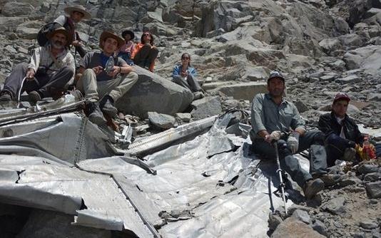 Los montañeros junto a los restos del avión