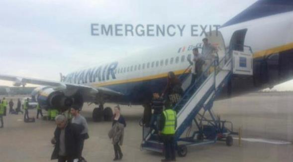 Mientras descendien los pasajeros se empieza a examinar el motor izquierdo del avión