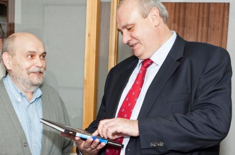 A la izquierda, José Messeguer, conversando con el