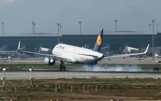Un avión de Lufthansa aterriza en el Aeropuerto de Barcelona / JFG