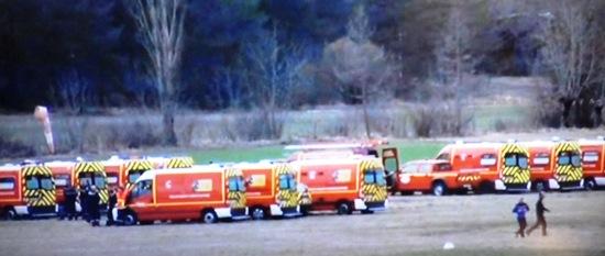 Ambulancias, estacionadas a pocos kilómetros del lugar del accidente