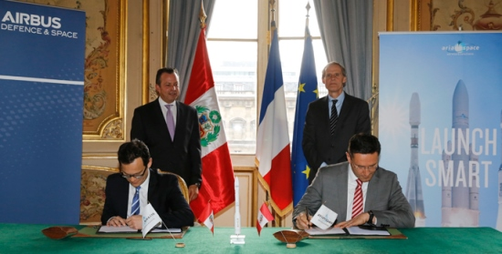 Ceremonia de la firma del contrato, realizada en París
