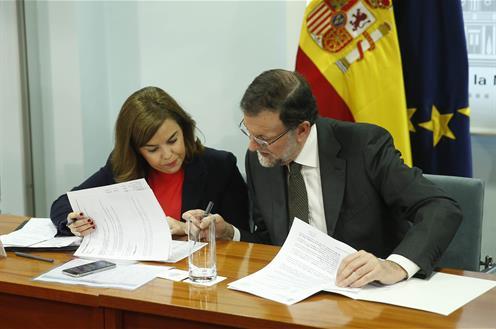 Soraya Saenz de Santamría y Mariano Rajoy, durante la reunión del gaboente de crisis