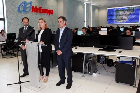 María José Hidalgo, directora general de la aerolínea, junto al alcalde de  Llucmajor, Joan Jaume Mulet (a su izqda), y Andrés Bello, subdirector general de Air Europa