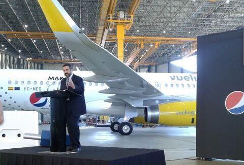 Alex Cruz, durante la presentación del avión, ayer en el aeropuerto de Barcelona / Foto: Vueling