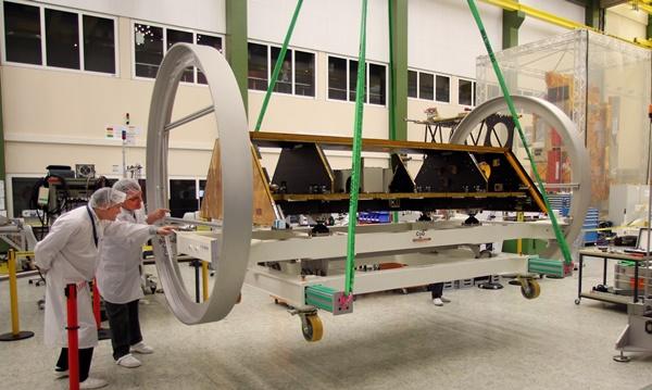 La estructura ultra estable compuesta de fibras de carbono (pesa unos 200 kg).